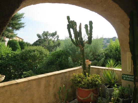 Le Mas Samarcande: Blick ins Grüne vom Eingang zum Zimmerflur