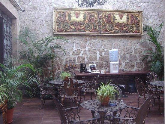 Hotel Zapata 91: Area de comedor, y un lugar donde encontraras agua, café o te..