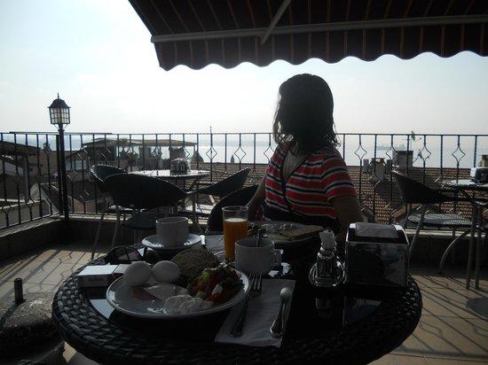 Angel's Home Hotel: завтрак на террасе отеля под крики чаек ( жаль звука нет )