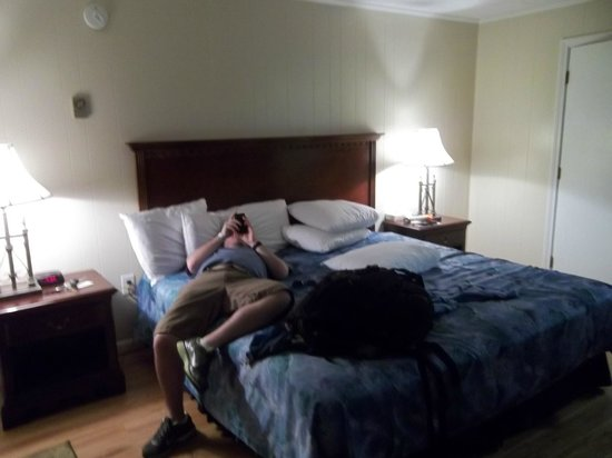 Waves Oceanfront Resort: king bed economy room. boyfriend not included.