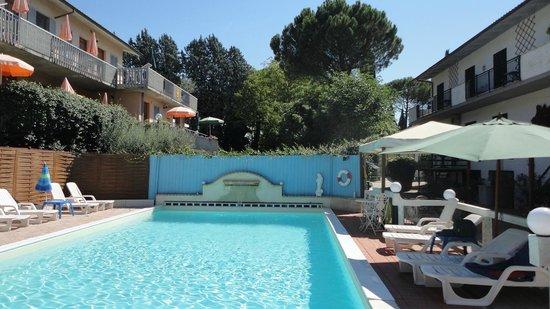 Residence al Lago: Piscina del residence