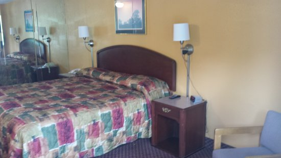 Econo Lodge Near Bluefield College : King Bed