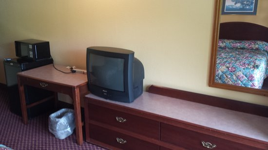 Econo Lodge Near Bluefield College : furniture