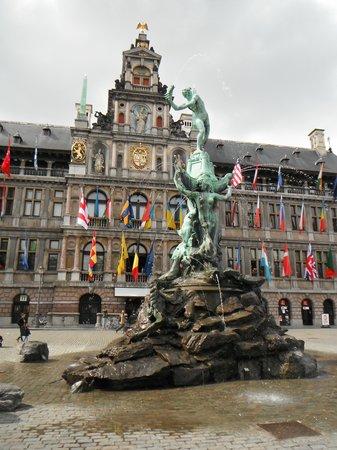 Grote Markt van Antwerpen: Fountain
