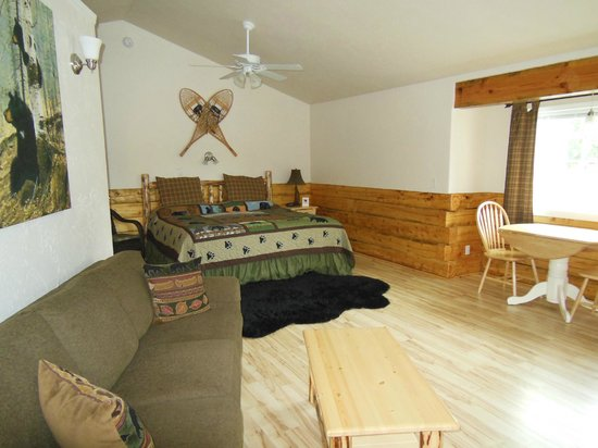 Denali Fireside Cabins & Suites: Very spacious king bed room!