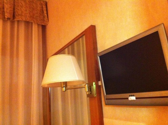 Hotel Ascot: Mirror, lamp and tv