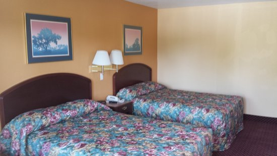 Econo Lodge Near Bluefield College : two smoking bed