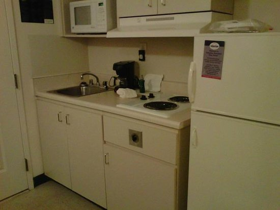 Suburban Extended Stay of Myrtle Beach: Nice little kitchen area with clean dishes.