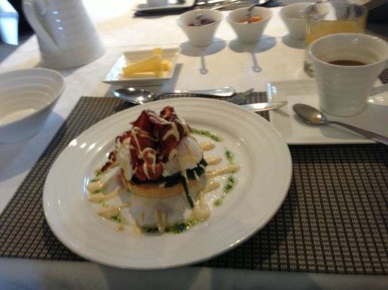 Chalet Queenstown: Egg Benedict, one of the breakfast set