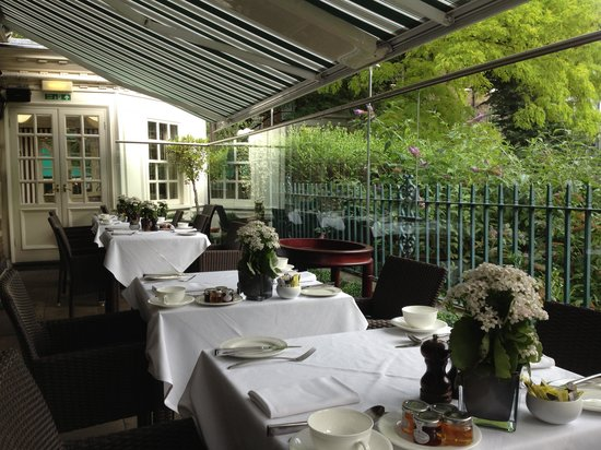 The Montague on The Gardens: breakfast on the outside patio