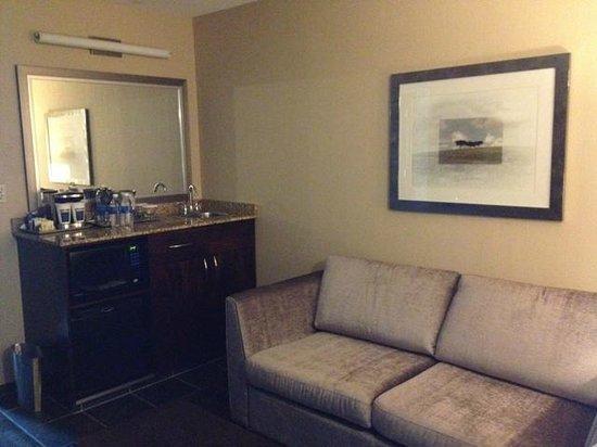 Hilton Winnipeg Airport Suites : separate living room space