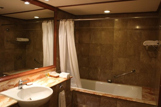 Waterfront Airport Hotel and Casino: old but big enugh bathroom