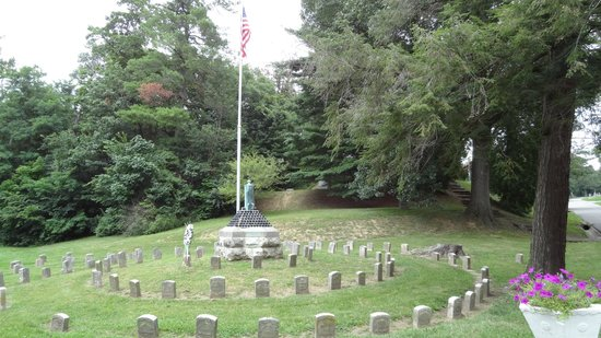 Oak Ridge Cemetery: Memorial and graves of soldiers from the Spanish American War.