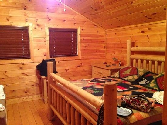 Smoky Cove Chalet and Cabin Rentals: bedroom