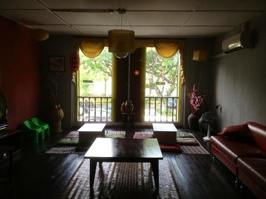 Wo Jia Lodge : the sitting area over looking the river Sarawak