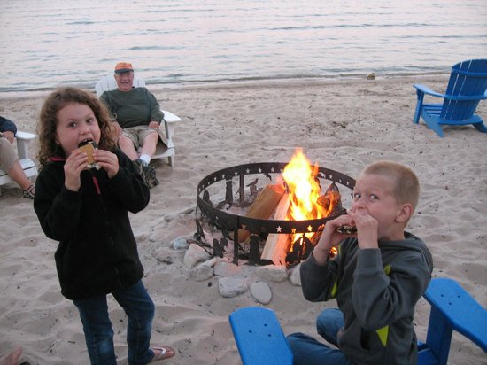 Beachfront Inn: Bonfire with the grandkids and friendly guests
