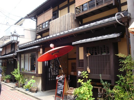 Nagomi Ryokan Yu: Distinctive red umbrella made it easy to locate