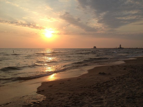 Grand Haven State Park : Gorgeous view at sunset of the lighthouse.