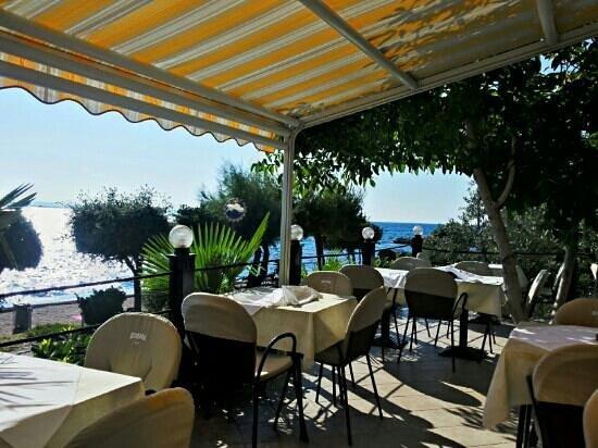 Diklo, Croazia: Blick von und auf die Terrasse