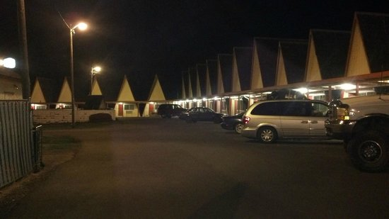 Ranch Motel : pulling in at night
