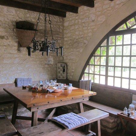 La Bichonnière : The breakfast table