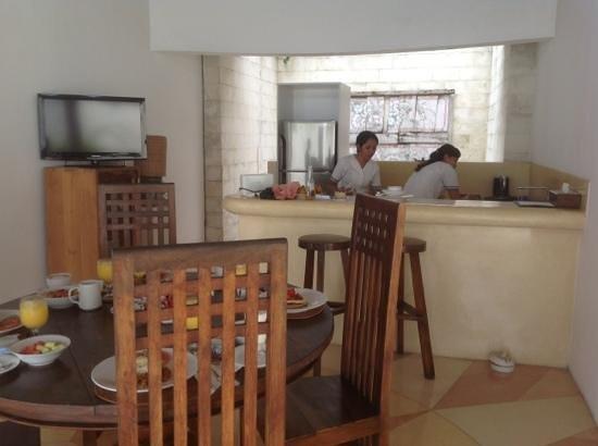 bvilla + Seaside : breakfast is prepared in the villa