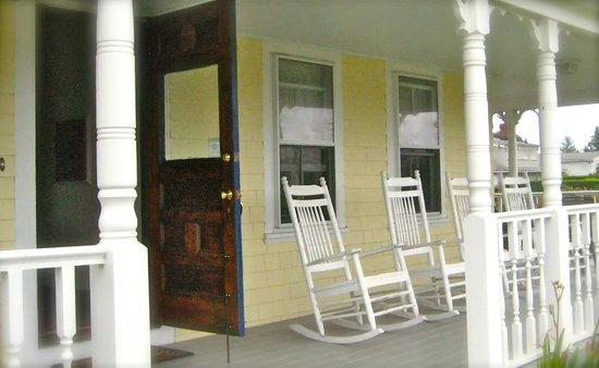 Admiral Dewey Inn: Porch