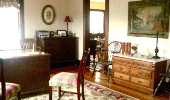 Admiral Dewey Inn: Vintage office