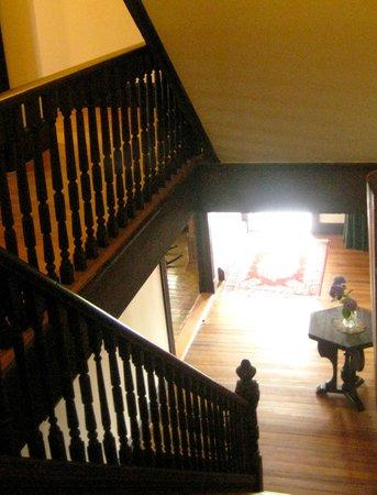 Admiral Dewey Inn : stairs from second floor