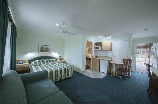 Colonial Terrace Motor Inn: Queen Deluxe Room