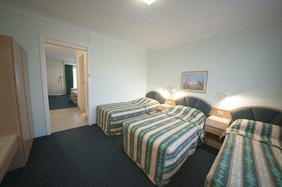 Colonial Terrace Motor Inn : Family Room