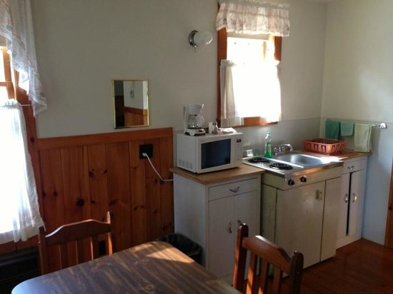 Maine Idyll Motor Court: Cute cabin! Kitchen and table