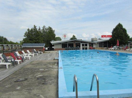 Ramada Gananoque Provincial Inn: Piscina