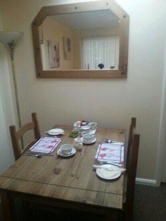 Chilton Villa Accommodation: breakfast room