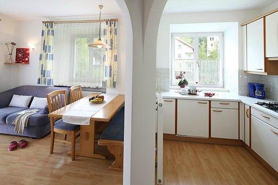 Appartements Rose: Küche und Wohnraum
