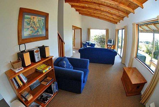 Nelson Coastal Barnstay: Wheki Cottage, living room