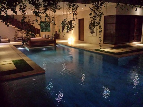Nyaman Villas: evening over pool