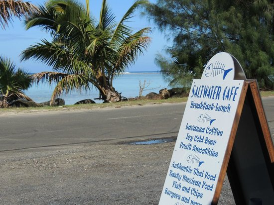 Saltwater Cafe: The view from the outside seating to Titikaveka beach