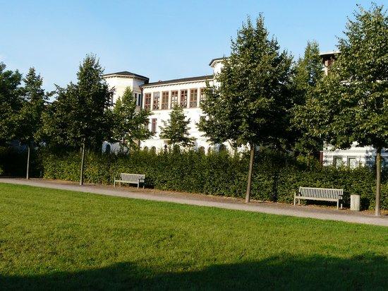 Dorint Am Goethepark Weimar: Blick auf das Hotel vom Park aus