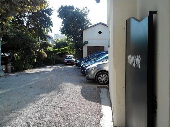 Avignon Hotel Monclar : vista ingresso parcheggio giardino