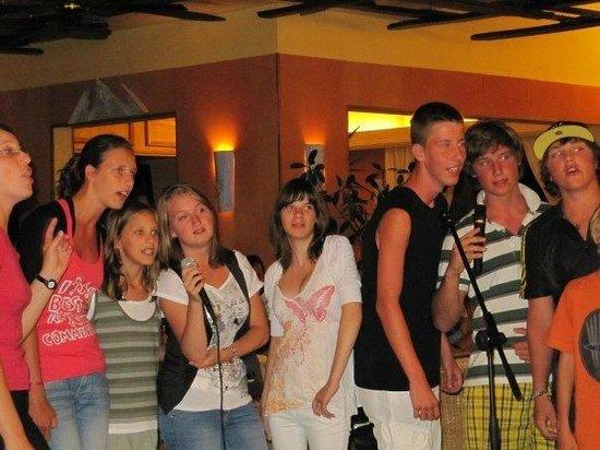 Castel Luberon: Petits et grands , filles et garçons ... ils s'aiment et s'amusent ...