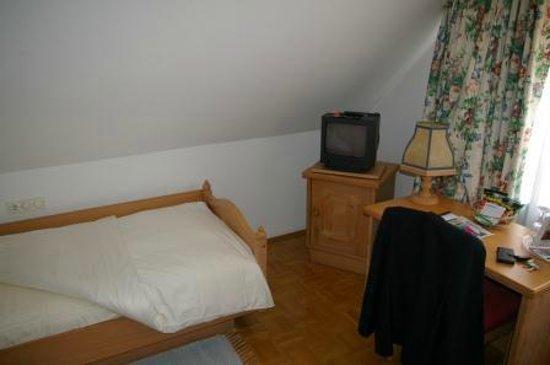 Hotel Van Bebber: Einzelzimmer mit nicht zu erkennendem TV