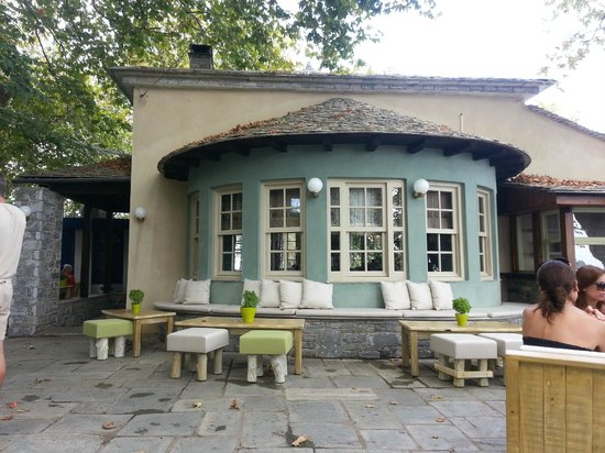 Agna..Di Cafe DiVino: Design of the building and outside seating