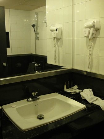 Ziniza Hotel: Clean bathroom