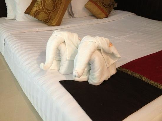 Club Bamboo Boutique Resort and Spa : Welcome elephants on the bed
