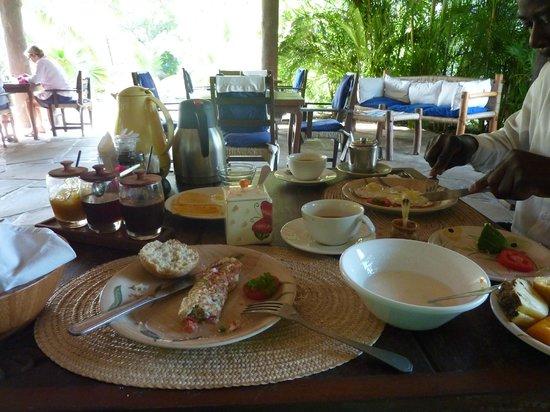 Diani Marine Divers Village: Das köstliche, reichhaltige Frühstück mit Blick auf den schönen Garten