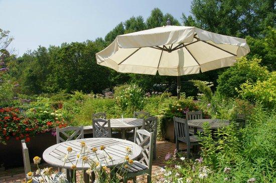 Barakura English Garden: White parasol in the garden