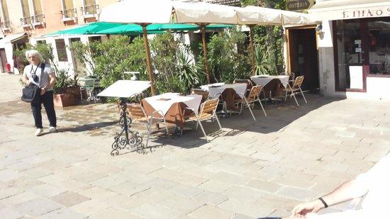 Osteria Doge Morosini : Tables outside at the Plaza