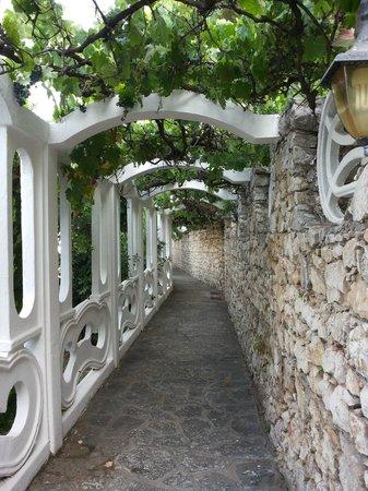 Grand Hotel Le Rocce: corridoio  di attraversamento della struttura