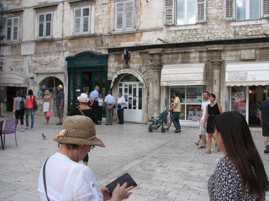 Narodni trg: Morpugo bookshop